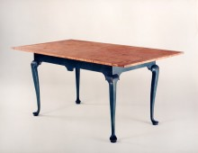 This is an elegant Queen Anne style dining table. It has no extra leaves.